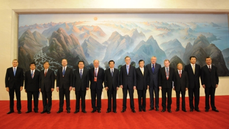 Chinese President Hu Jintao (7th L) poses for a group photo with co-chairpersons of the World Media Summit prior to the summit's opening ceremony at the Great Hall of the People in Beijing, capital of China, on Oct. 9, 2009. The two-day summit, hosted by Xinhua News Agency, opened here Friday morning. (Xinhua/Li Xueren)